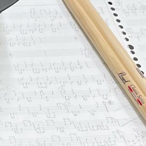 ドラム譜も描くピアノの先生。今日のおやつ。
