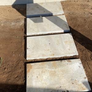 玄関までのアプローチを砂利で埋めよっ!