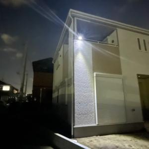 土手側に、街灯が無いのでソーラーLEDを取り付けました。