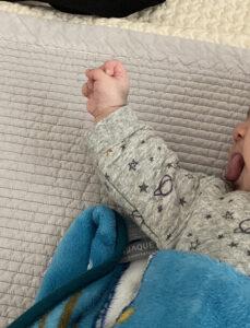 【生後2ヶ月赤ちゃんの成長記録】生活リズムに変化は?睡眠時間や便秘などまとめました