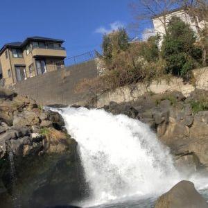 住宅街に滝