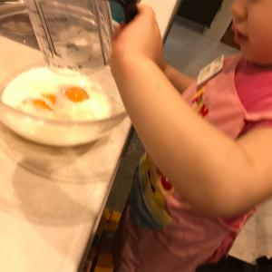 ピンクが大好きな娘の希望で、ピンクのホットケーキ作りました!!