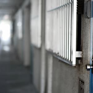自宅の玄関ドアは誰のもの?交換するにはどうすればいい?~ドアの交換だけじゃ終わらないかも!?