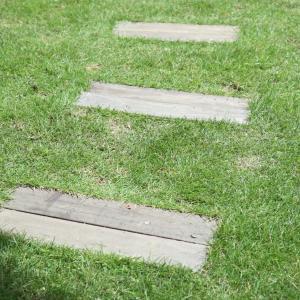 [DIY] 庭のステップ 作り方 – 枕木からの変更