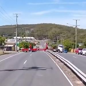 [動画1:00]スピード違反のバイクがトレーラーに衝突