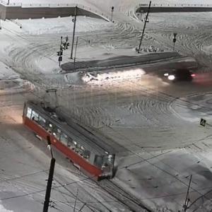 [動画1:06]優先道路を走行する車、トラムを避けて雪山に突っ込む