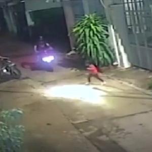 [動画0:13]走ってくるバイク・・・、飛び出す女の子・・・