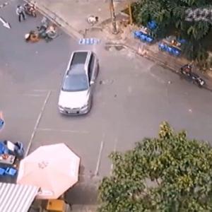 [動画1:12]日曜日の朝の公園を車が暴走・・・!多くの人々がはねられる