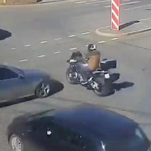 [動画0:15]信号無視の車、バイクをはね飛ばしてしまう