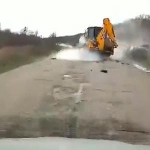 [動画0:32]センターラインオーバーの車、重機と正面衝突する