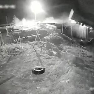 [動画0:42]木材を運ぶトラック、修理中の橋からダイブ!