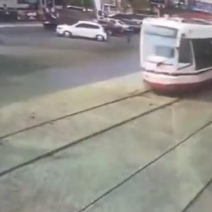 [動画0:41]近づくトラム、気付いた時には時すでに遅し