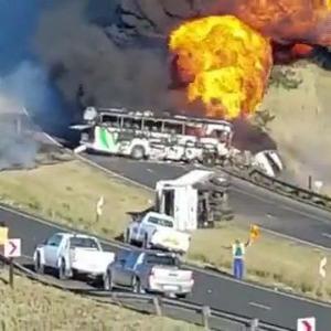 [動画0:36]タンクローリーが炎上!大規模事故の様子がヤバい