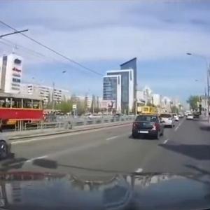 [動画1:19]赤信号で道路を渡る女性がはねられる瞬間