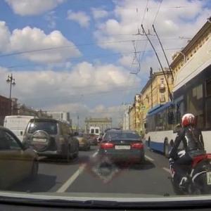 [動画1:04]すり抜けバイク、接触して転倒