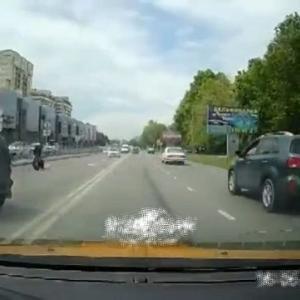 [動画0:32] 左折車にバイクが衝突、ライダーが亡くなる