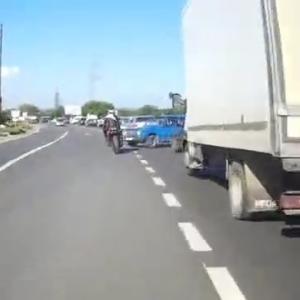 [動画0:38] 渋滞を追い越していくライダー、倒される