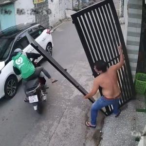 [動画1:17] 突然外れた扉、バイクタクシーの行動に称賛の声