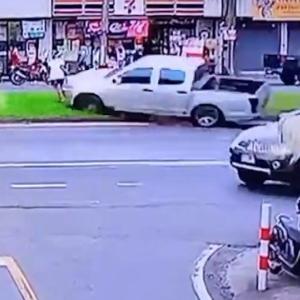 [動画1:04] 制御を失った2台の車、道路を横断する女性に迫る