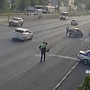 [動画0:42] 追跡中のパトカー、一般車両に追突して頭を抱える