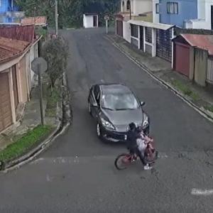 [動画1:23] 猛スピードの自転車、柵に衝突した結果・・・