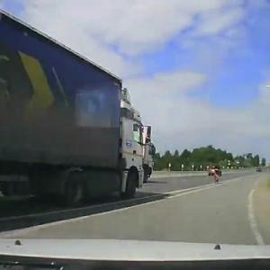 [動画0:50] サイクリスト、後続の大型トラックにはねられる