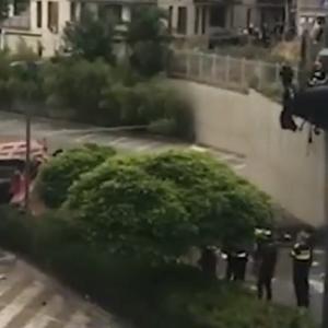 [動画0:57] ダンプトラックが坂道を暴走!病院駐車場に突っ込む