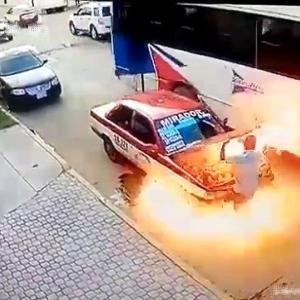 [動画3:36] メキシコのタクシー、炎に包まれる