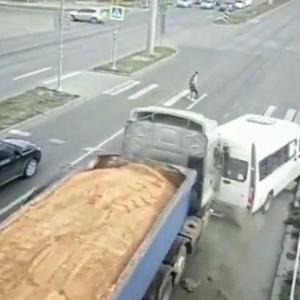 [動画0:31] 暴走するトラック、信号待ちのミニバスに激しく衝突