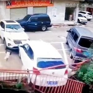 [動画0:44] 女性ドライバー、暴走して車を突き落とす