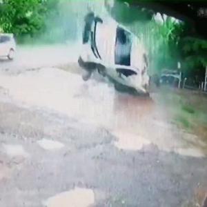 [動画3:05] 制御を失ったピックアップトラック、自動車修理工場に突っ込む