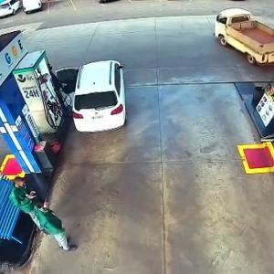 [動画2:23] 給油ノズルさしたまま!燃料ポンプが倒れ火災に・・・