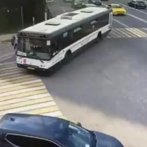[動画0:08] バスに巻き込まれた少女、人生最後の数秒
