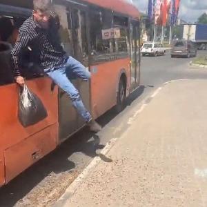[動画0:50] ロシア人、窓ガラスを割ってバスを下車する