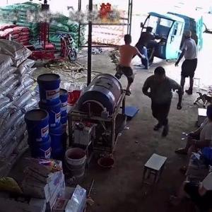 [動画0:36] 中国の電動トラック、無人運転技術を見せつける
