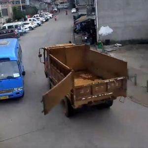 [動画0:35] これは怖い、バスが対向車のダンプから攻撃を受ける