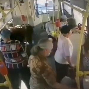 [動画0:32] ロシア人、バスで倒れた女性を完全無視