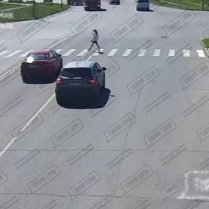 [動画0:19] 横断歩道で停止しない車、女性をはねてしまう・・・