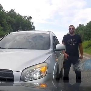 [動画0:45] 正面衝突事故、逆走したのに逆切れする男