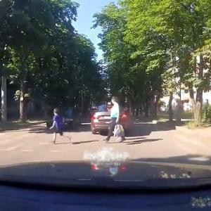 [動画0:24] 横断歩道を渡る少年、飛んでいく