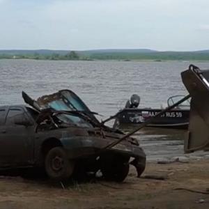 [動画4:23] 7年前に川に沈んだ車を発見!車内からは遺骨が発見される