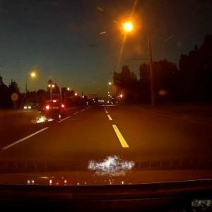 [動画0:22] 猛スピードのバイク、車線変更してきた車に火花を散らして追突