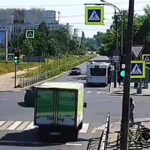 [動画0:33] バスと衝突したトラック、荷台を失う