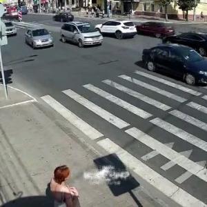 [動画0:39] 信号無視で道路を横断する老女を見ていたら・・・