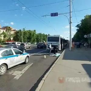 [動画0:59] 停留所を出発するバス、女性を轢いてしまう