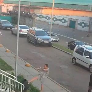 [動画1:09] ロシアの少年、ゴミ箱に負ける