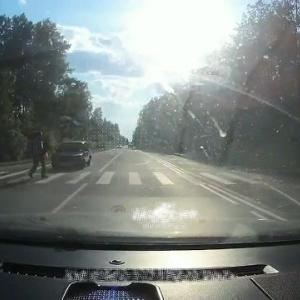 [動画0:15] 横断歩道の歩行者、勢いよく飛ばされる・・・