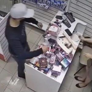 [動画0:23] ナイフを突き付ける強盗、女性店員が大人の玩具で撃退!