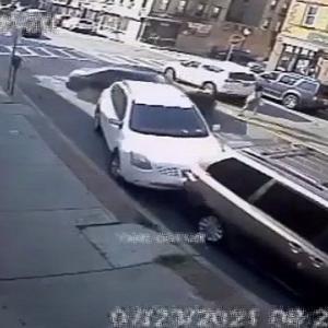 [動画0:35] 飲酒運転の男、親子を巻き込み建物に突っ込む