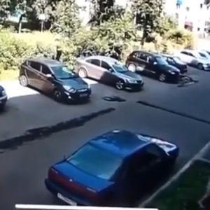 [動画0:30] 64歳の女性、転落した子供をキャッチ